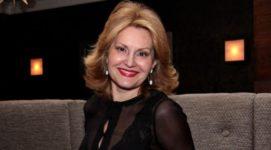 53-летняя Елена Старостина сразила кульбитами на пилоне