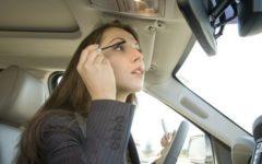 Каждая вторая женщина наносит макияж прямо за рулем