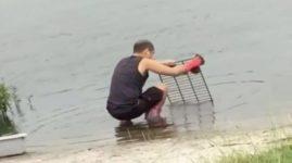 Китайский ресторан попался на мытье кухонных принадлежностей в ближайшем озере (видео)