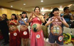 Конкурс боди-арта: будущих мам раскрашивают будущие папы (ФОТО)