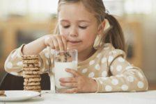Нельзя давать детям перед сном печенье с молоком