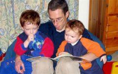 Отец бросил работу ради поисков лечения редкой болезни сыновей