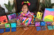 «Самый счастливый ребенок на свете»: 4-летняя девочка из Кентукки родилась без рук — но это не мешает ей создавать чудесные картины
