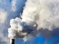 В способности вызывать болезни легких грязный воздух не уступает курению